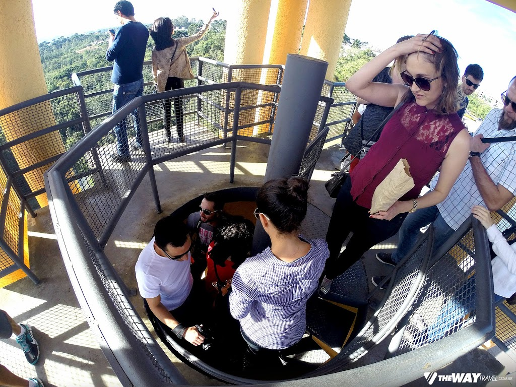 Blogueiros descendo e subindo as escadas caracol do Parque Tanguá