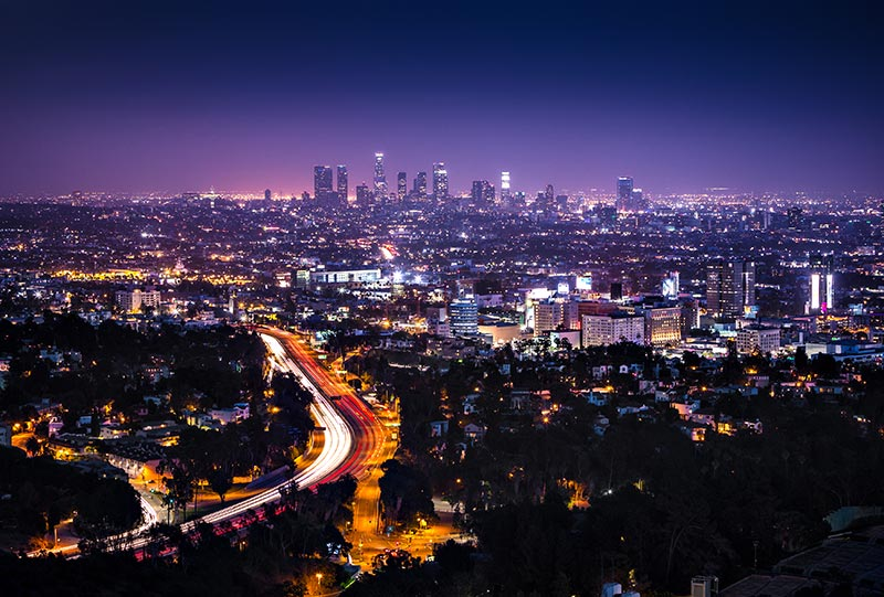 Vista de Downtown Los Angeles do Hollywood Hills com destaque para a Interstate 101 - Foto: Sarah Fields Photography - ShutterStock
